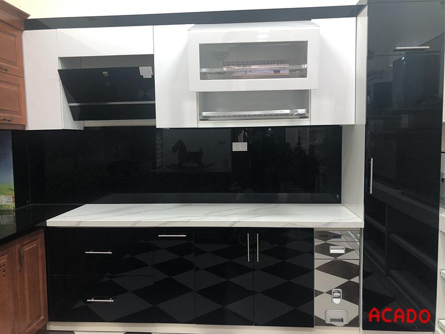 Tủ bếp chất liệu thùng tủ nhựa Picomat, bề mặt cánh phủ Acrylic màu trắng nhũ bền đẹp, sang trọng.
