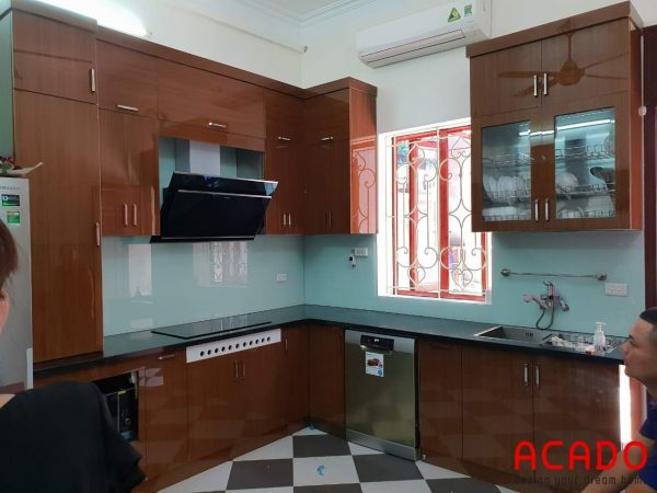 Tủ bếp inox cánh Acrylic đẹp màu giả vân gỗ sang trọng sử dụng kính bếp màu trắng xanh