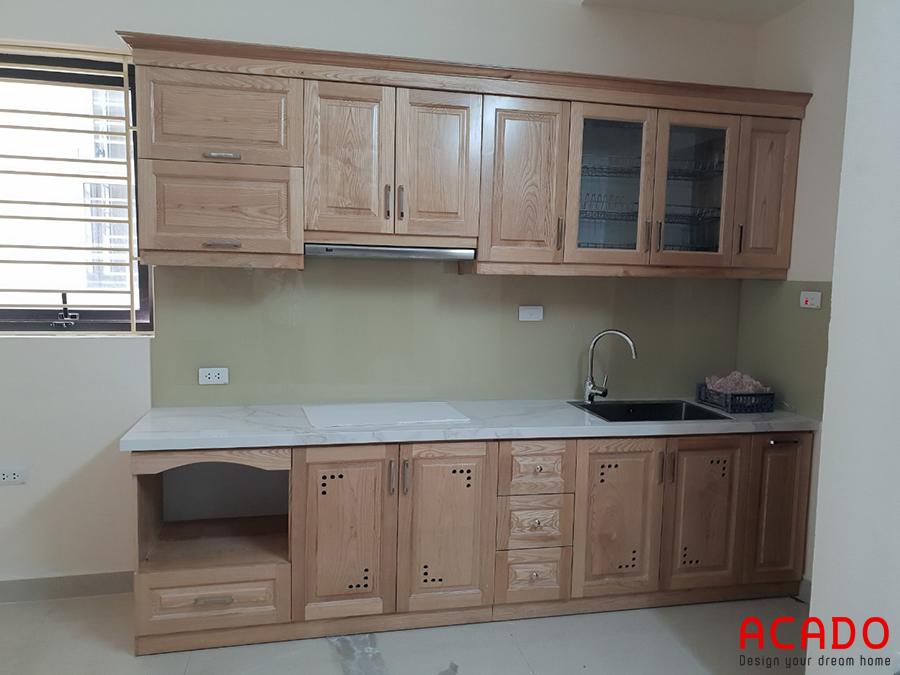 Tủ bếp gỗ sồi Nga dáng chữ I nhỏ gọn dành cho không gian nhà bếp nhỏ.
