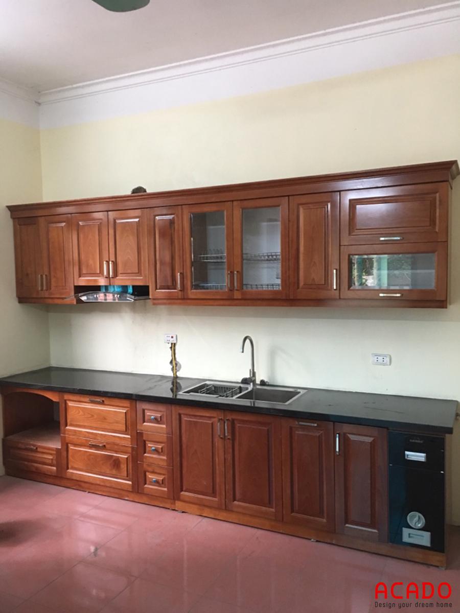 Tủ bếp gỗ xoan đào màu cánh gián mang đến không gian ấm cúng, sang trọng.