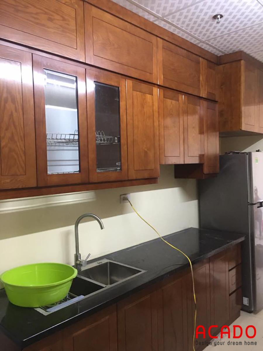 Tủ bếp gỗ xoan đào nhỏ gọn cho chung cư nhỏ.
