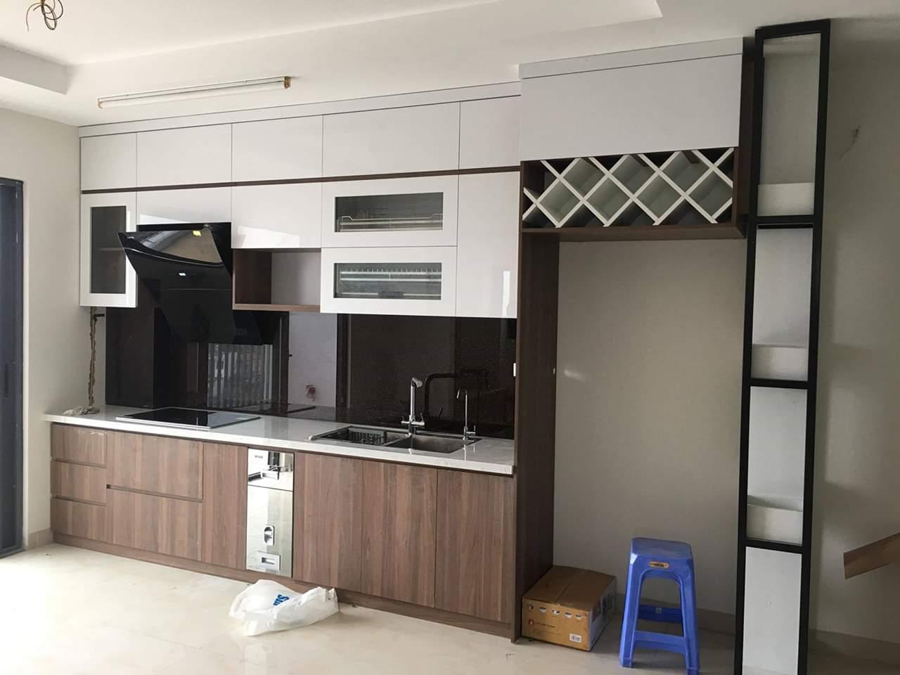 Tủ bếp Acrylic màu trắng kết hợp màu vân gỗ đẹp, sang trọng.