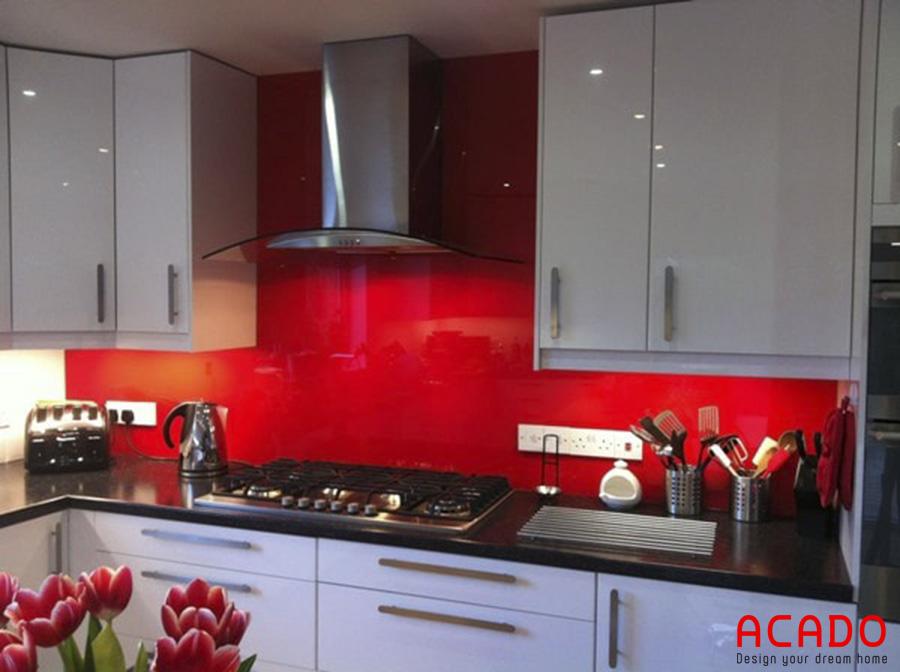 Kính bếp màu đỏ , rất thu hút người nhìn, kính bếp Acado cung cấp.