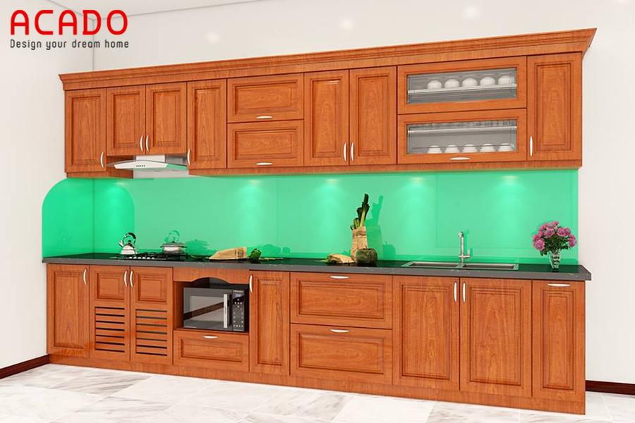 Tủ bếp gỗ tự nhiên kính bếp màu xanh lục đẹp, mang đến không gian phòng bếp mát mẻ, tươi mới.