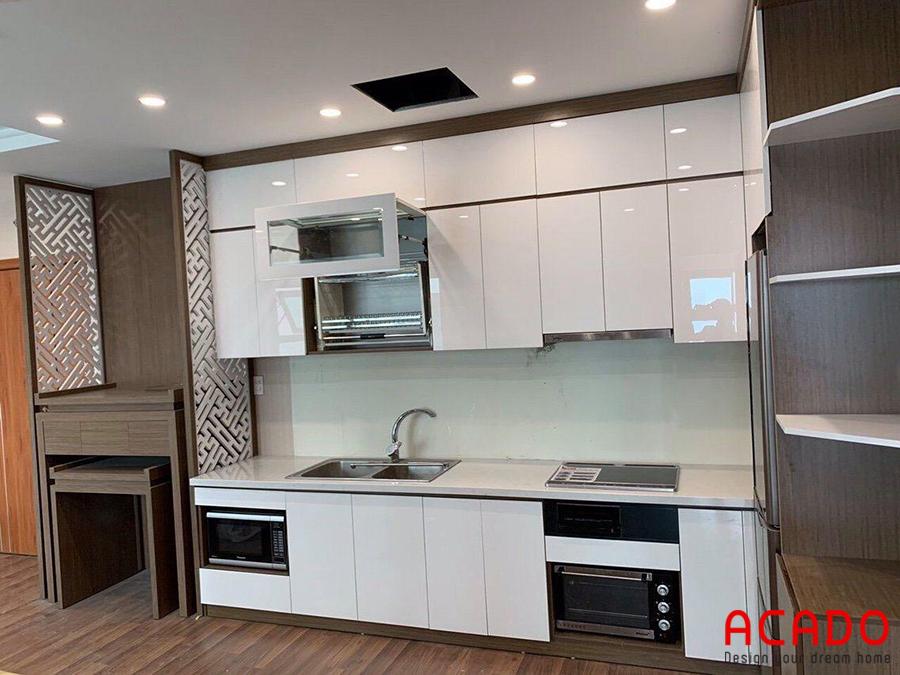 Kính bếp màu trắng mang đến không gian phòng bếp sang trọng, thời thượng.