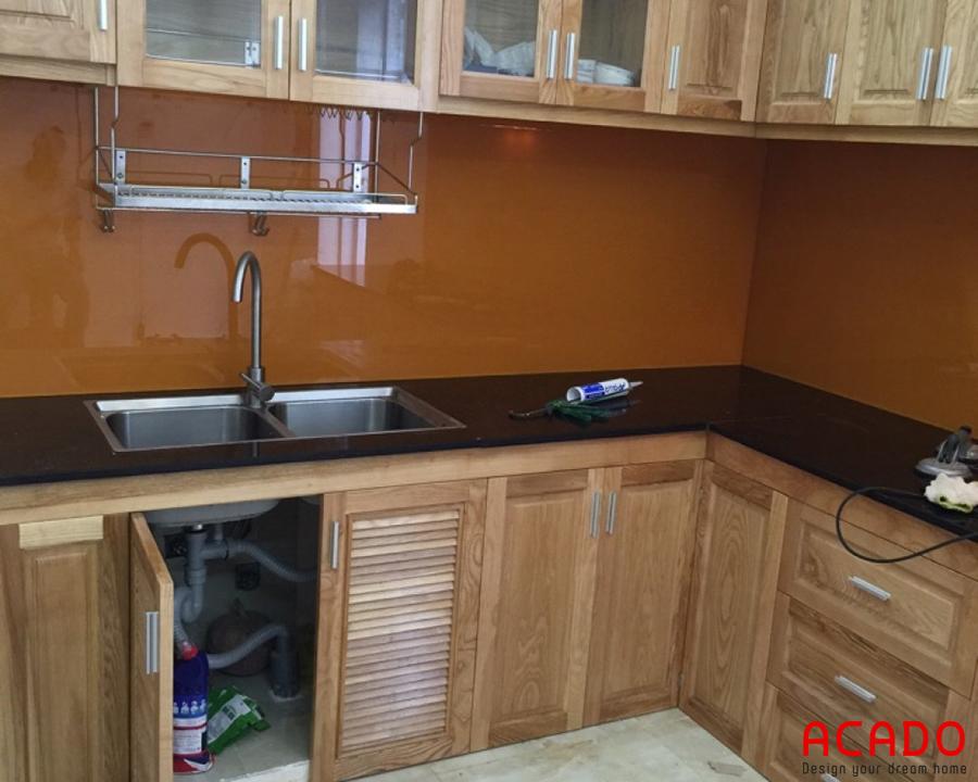 Tủ bếp gỗ sồi nga, kính bếp màu vàng nâu độc đáo, lạ mắt, hợp phong thủy.