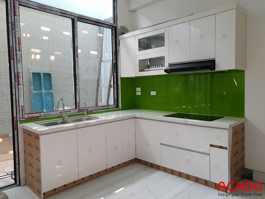 Tủ bếp dưới sử dụng thùng nhựa Picomat, tủ bếp trên sử dụng code MDF. Bề mặt cánh phủ Acrylic bóng gương sáng trọng