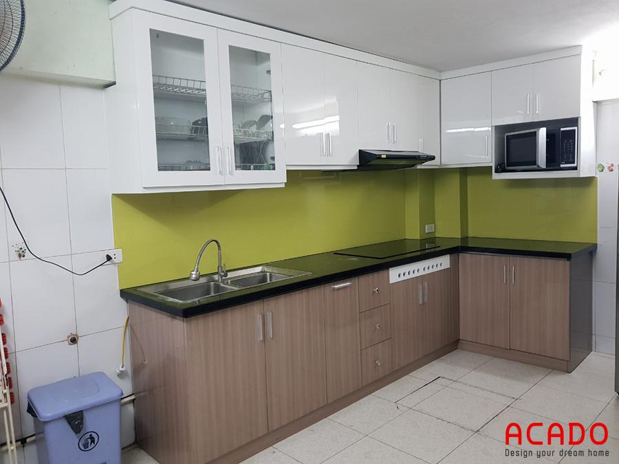 Tủ bếp Laminate bề mặt bóng, dễ dàng lau chùi vệ sinh
