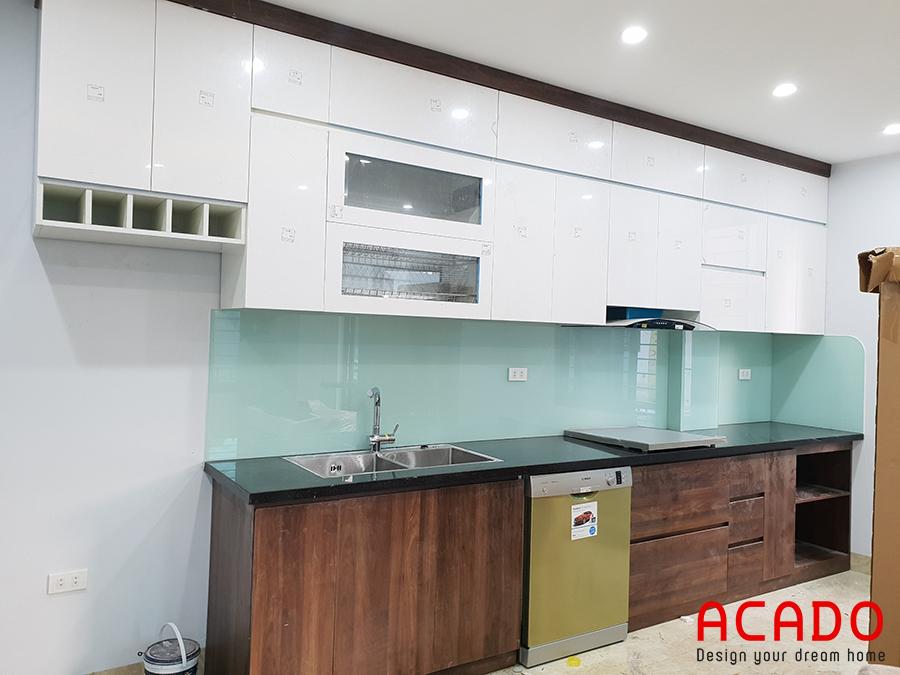 Tủ bếp Acrylic màu trắng kết hợp tủ dưới màu vân gỗ tạo điểm nhấn cho căn bếp