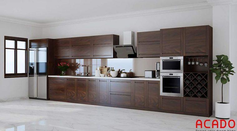 Tủ bếp gỗ xoan đào phun ớn màu óc chó nhìn tự nhiên, mộc mạc.