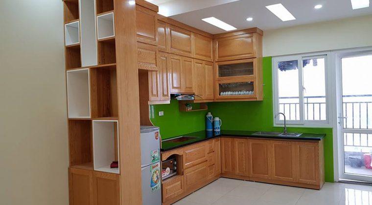 Tủ bếp gỗ sồi Nga phun màu vàng nhạt trẻ trung, ấn cúng