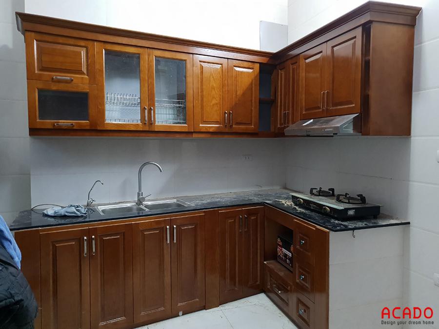 Tủ bếp gỗ sồi Nga tự nhiên phun sơn màu cánh gián nhạt