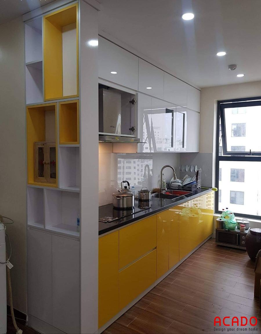 Tủ bếp gỗ công nghiệp Acrylic bóng gương tone màu trắng - vàng nổi bật