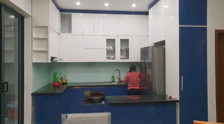 Tủ bếp thùng inox cánh Acrylic dáng chữ U - công trình ACADO thi công tại gia đình anh Thắng