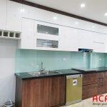 Tủ bếp Acrylic trắng - kết hợp màu giả vân gỗ đẹp, sang trọng