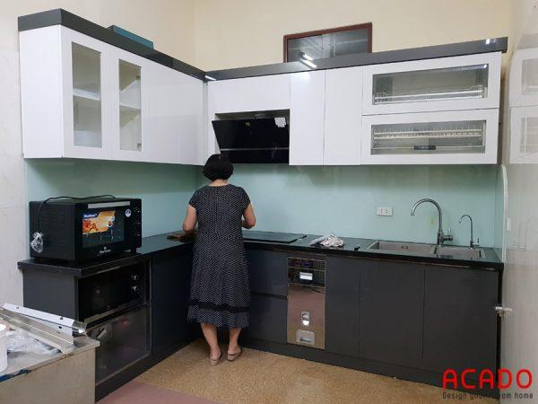 Tủ bếp inox cánh Acrylic và kính bếp màu tắng xanh nhà cô Hương - Thanh Xuân