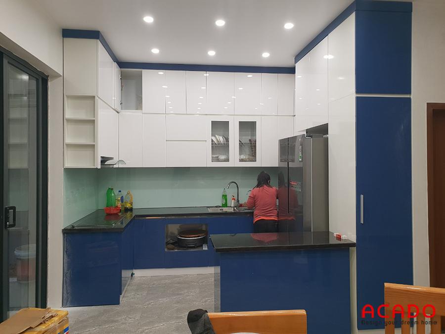 Tủ bếp Picomat cánh Acrylic trắng kết hợp xanh nổi bật cho bạn tham khảo