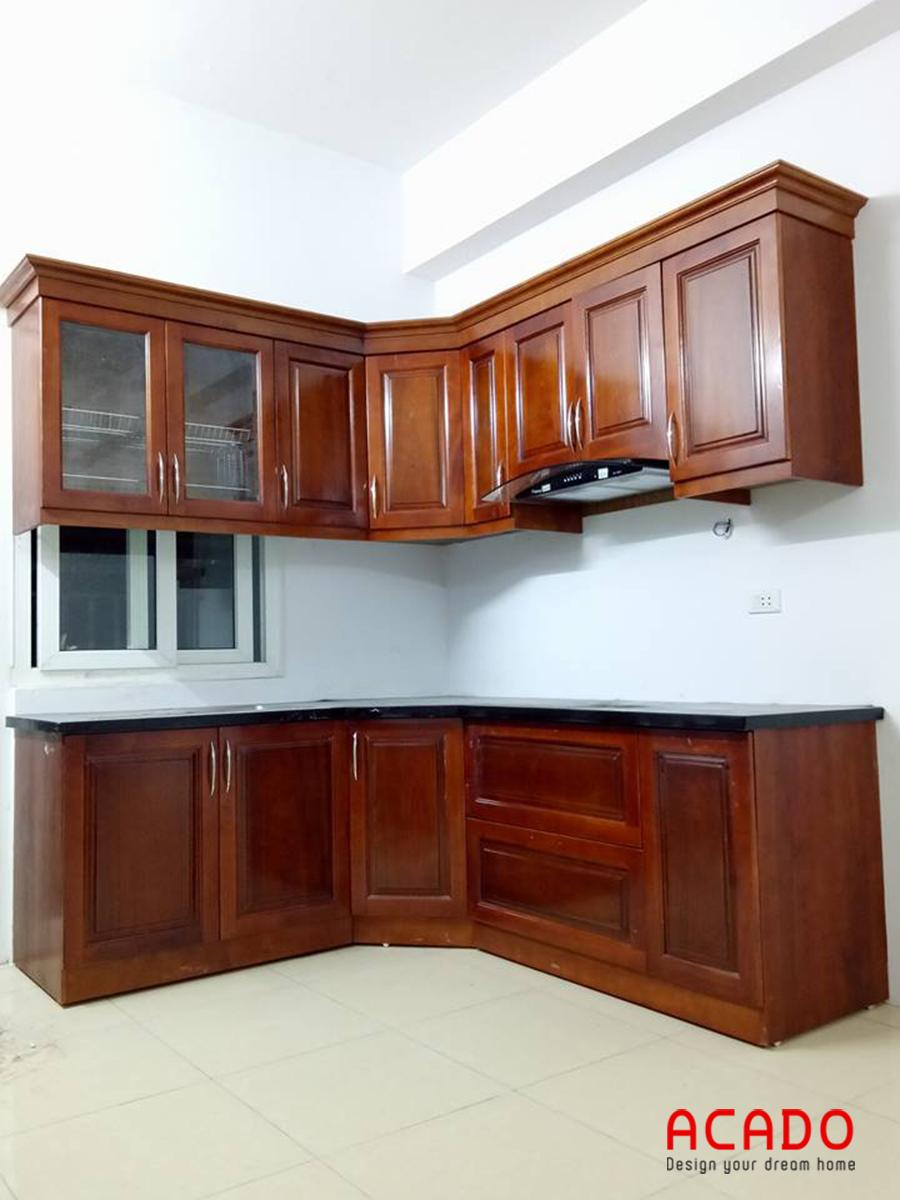 Tủ bếp gỗ xoan đào dáng chữ L, mang đến không gian bếp rộng rãi, thoải mái.