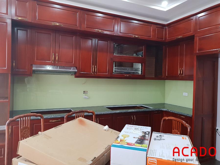 Tủ bếp xoan đào màu cánh gián dậm mang đến không gian bếp ấm cúng, gần gũi.