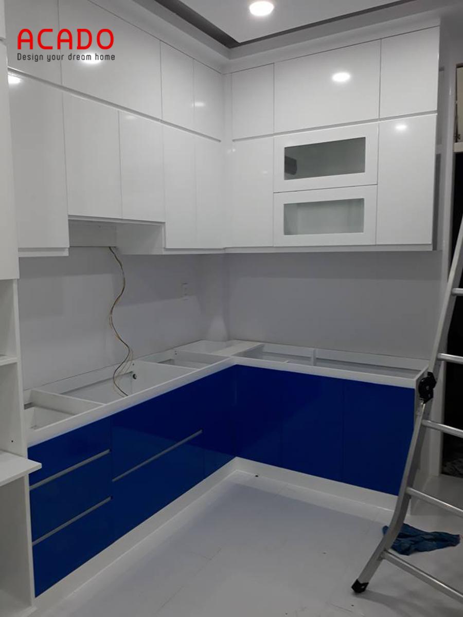 Tủ bếp Acrylic màu trắng kết hợp xanh hiện đại, trẻ trung cho không gian phòng bếp.