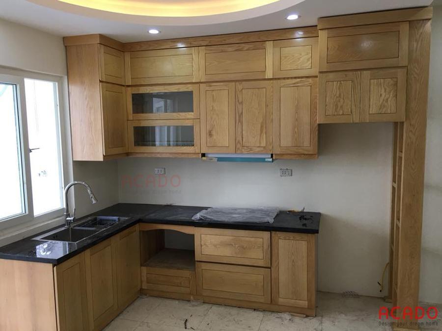 Tủ bếp sát trần gỗ sồi Nga tận dụng tối đa diện tích sử dụng trong phòng bếp