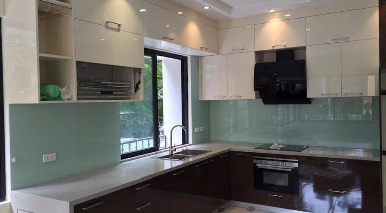 Tủ bếp inox 304 cánh Acrylic bóng gương kiểu dáng hiện đại, trẻ trung