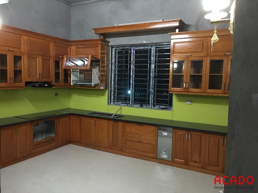 Tủ bếp gỗ sồi hình chữ L sử dụng giá úp bát nâng hạ Eurogold sang trọng, hiện đại