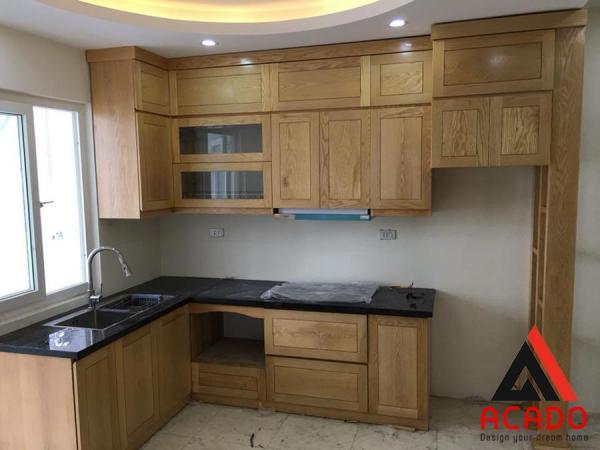 Tủ bếp gỗ sồi Nga hình chữ L phong cách hiện đại
