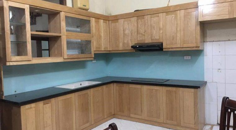 Tủ bếp gỗ sồi Nga màu kính bếp xanh nhạt làm sáng cả căn bếp