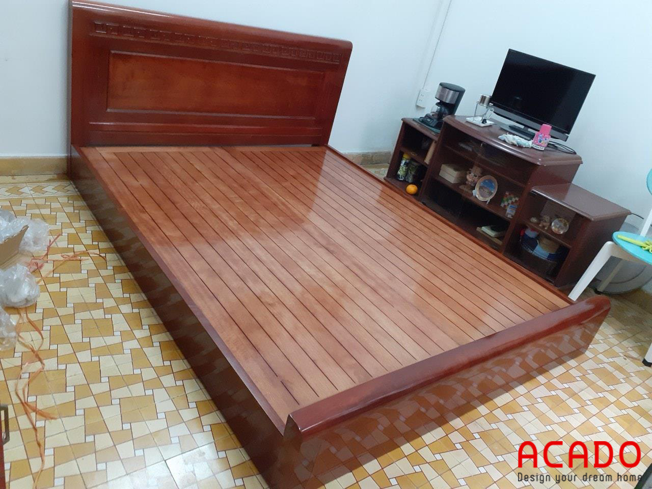 Giường ngủ gỗ gõ đỏ sang trọng cho người dùng