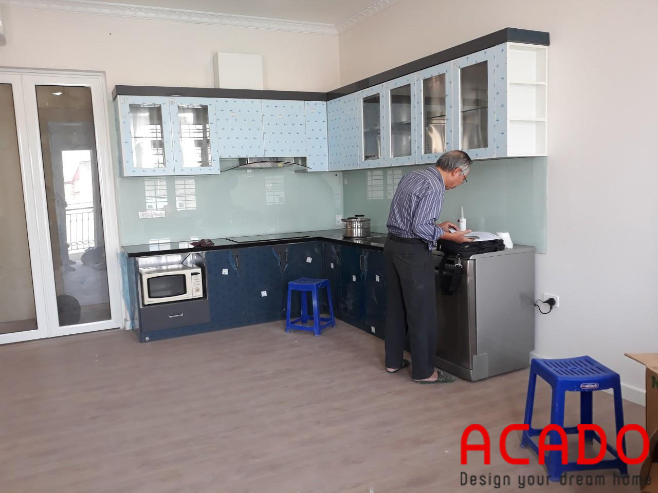 Tủ bếp thùng inox cánh Acrylic kính bếp màu xanh trắng - công trình ACADO thi công tại gia đình chú Khu - Thái Hà