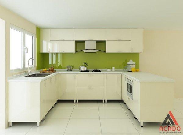 Tủ bếp thùng Inox hình chữ U trắng kết hợp kính bếp màu xanh nổi bật, thu hút