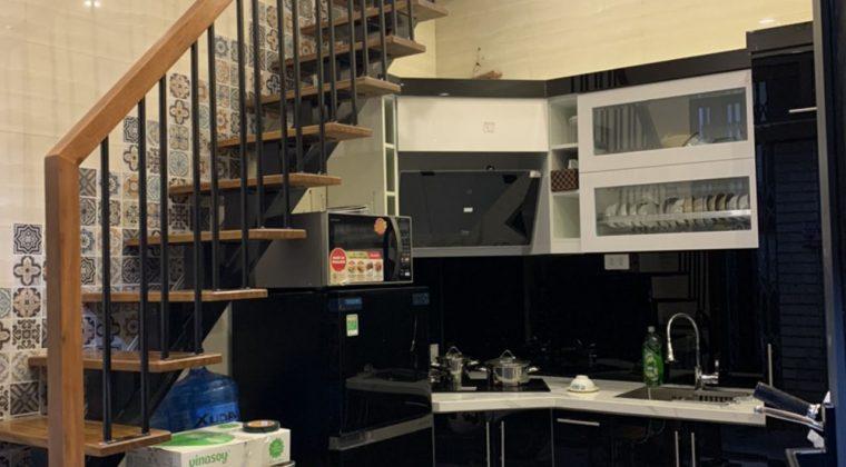 Tủ bếp thùng Melamine cánh Acrylic trắng - đen nổi bật
