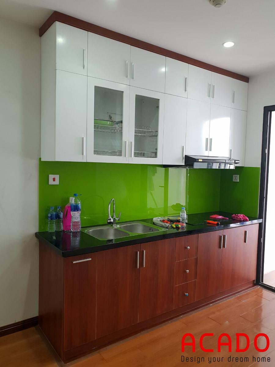 Tủ bếp inox cánh gỗ công nghiệp Laminate chắc hiện đại, sang trọng kết hợp kính bếp màu xanh nổi bật
