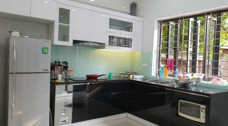 Tủ bếp inox cánh Acrylic màu trắng - đen bền bỉ với thời gian