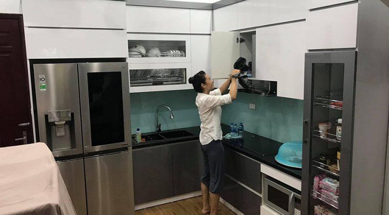 Tủ bếp màu trắng- ghi được làm từ chất liệu gỗ công nghiệp Acrylic - tủ bếp đẹp tại ACADO