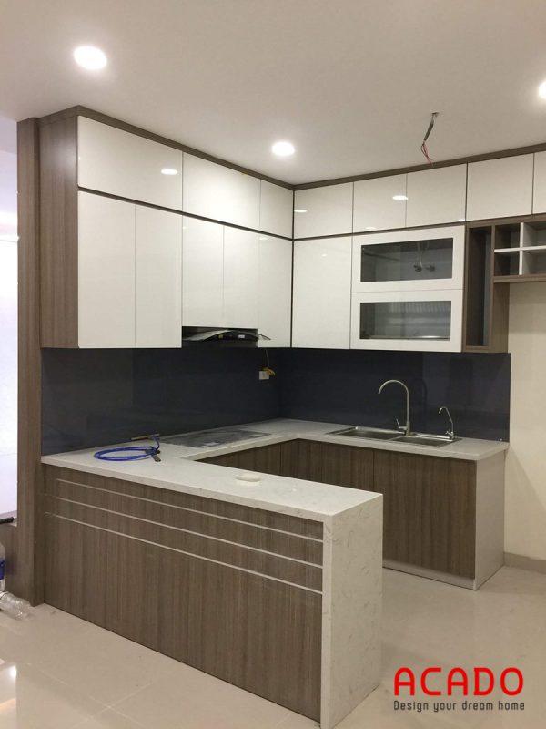 Tủ bếp Melamine hình chữ U tone màu trắng - nâu sang trọng, hiện đại