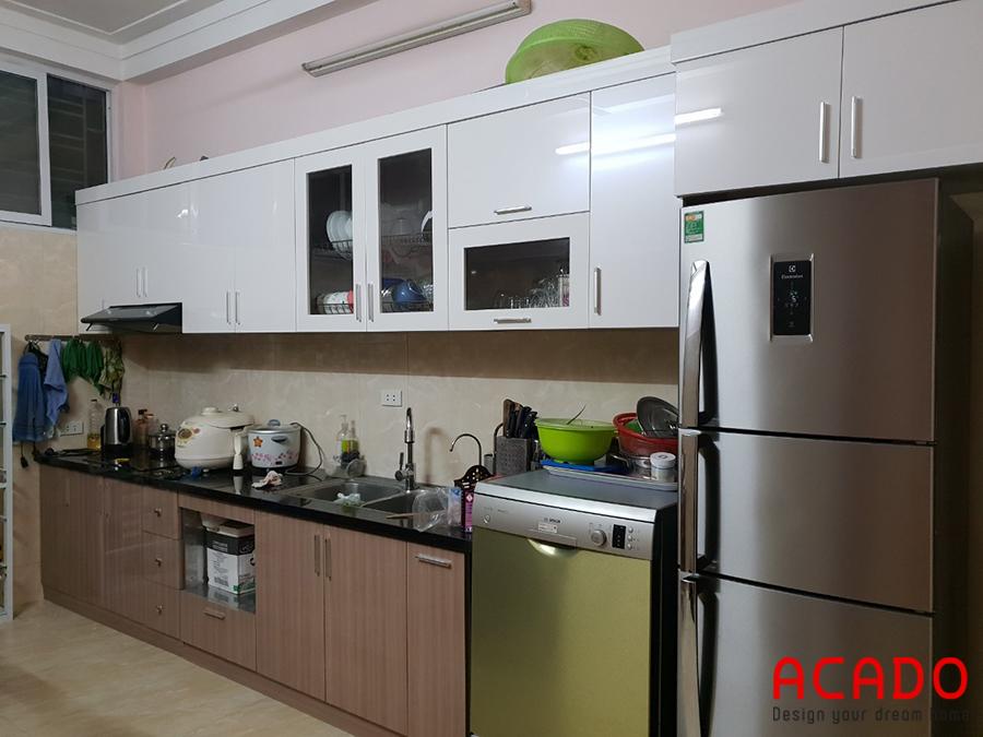 Tủ bếp chất liệu thùng tủ inox 304, cánh gỗ công nghiệp Acrylic mang đến không gian bếp hiện đại, trẻ trung.