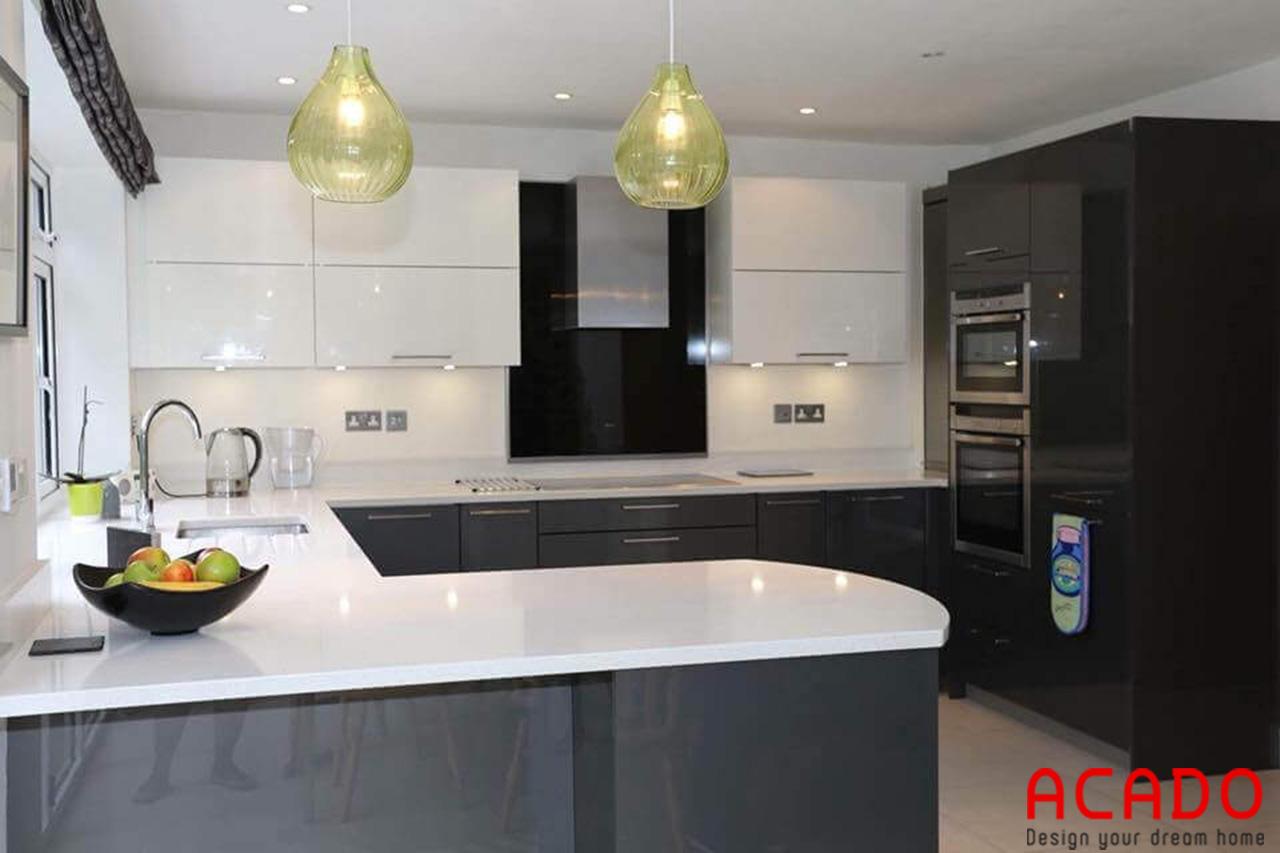 Tủ bếp Laminate hình chữ U tone màu trắng kết hợp màu xanh than đậm sang trọng