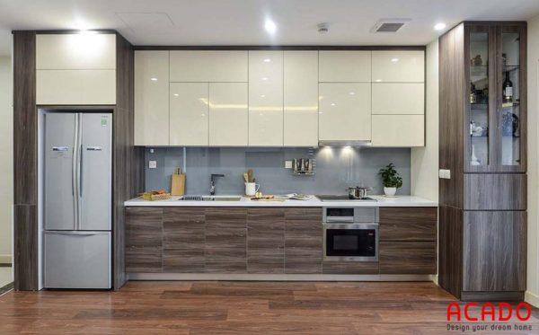 Tủ bếp thùng nhựa , cánh Acrylic màu trắng kết hợp màu vân gỗ ấm cúng, sang trọng