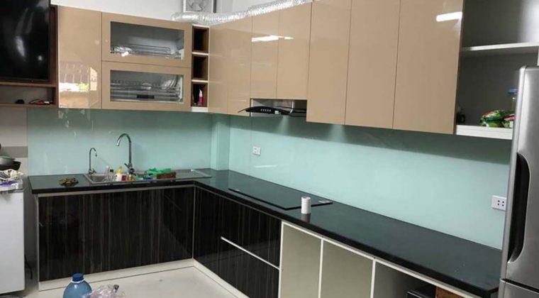 Tủ bếp nhựa Picomat cánh Acrylic màu cafe kết hợp đen sang trọng, hiện đại