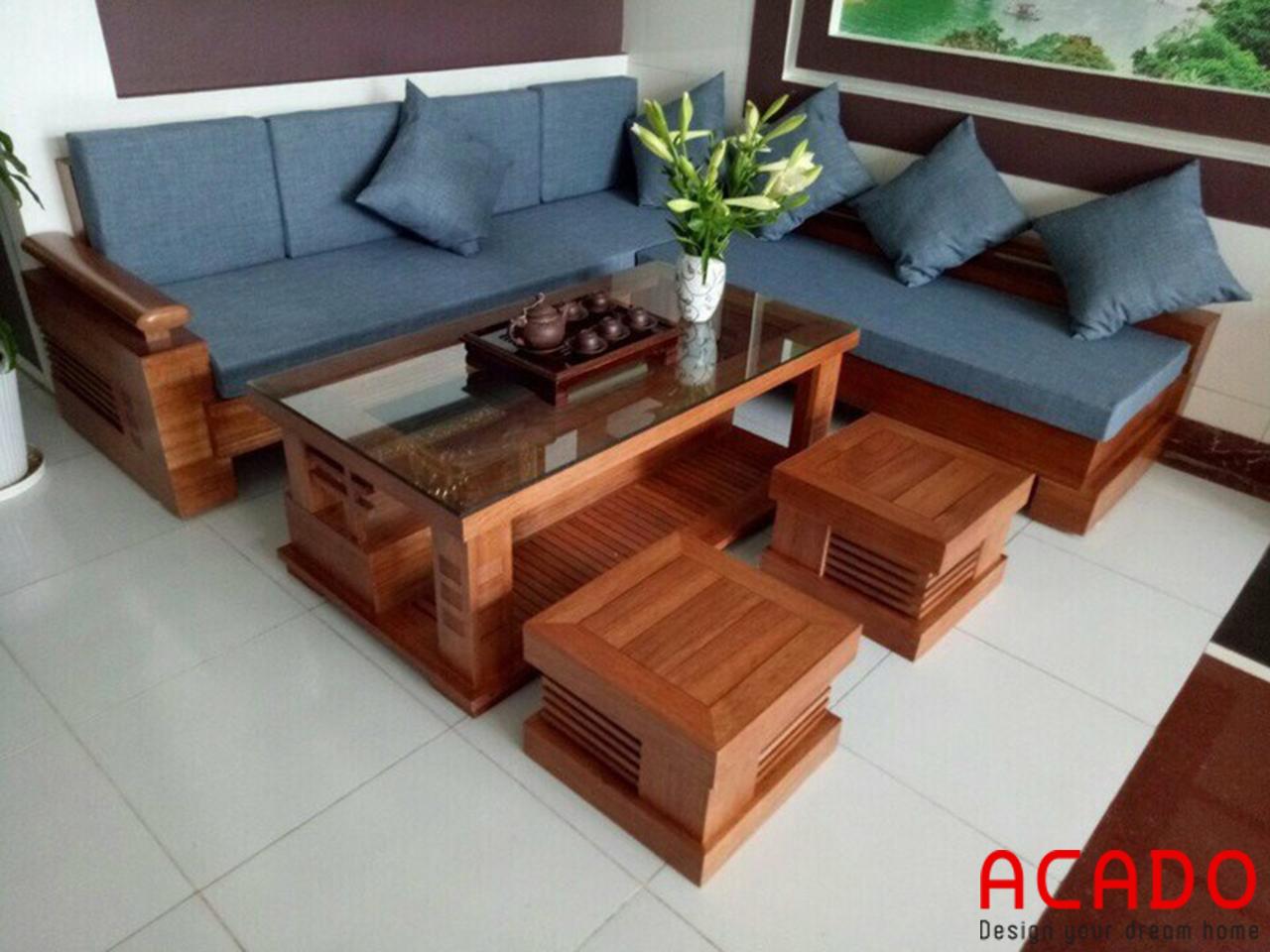 Sofa gỗ xoan đào có thêm đệm thoải mái khi sử dụng