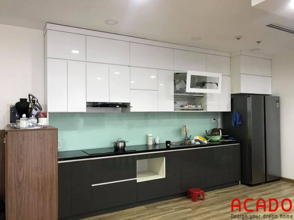 Tủ bếp nhựa picomat cánh Acrylic đen kết hợp màu trắng của tủ trên
