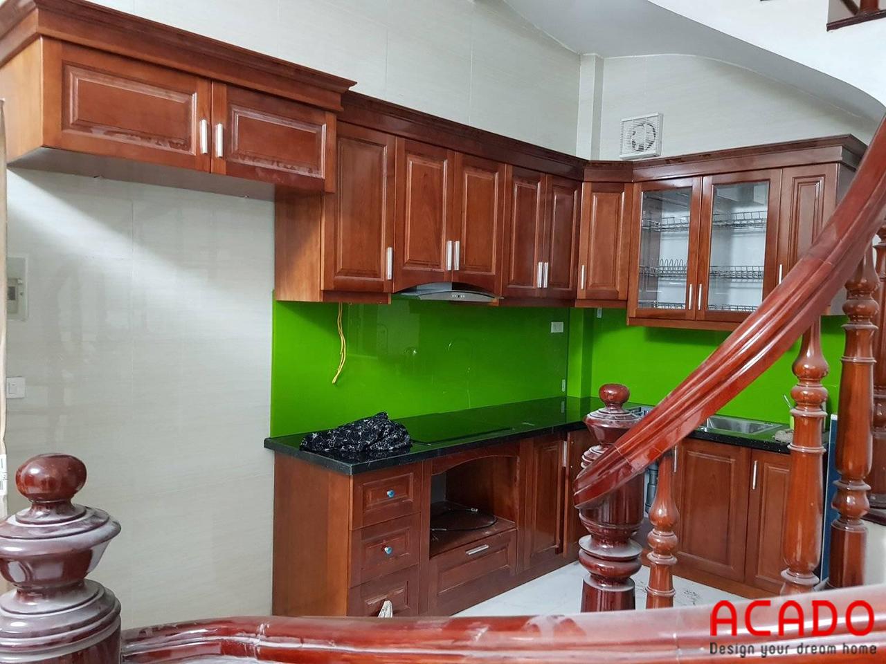 Tủ bếp gỗ xoan đào màu cánh gián ấm cúng cho căn bếp nhỏ