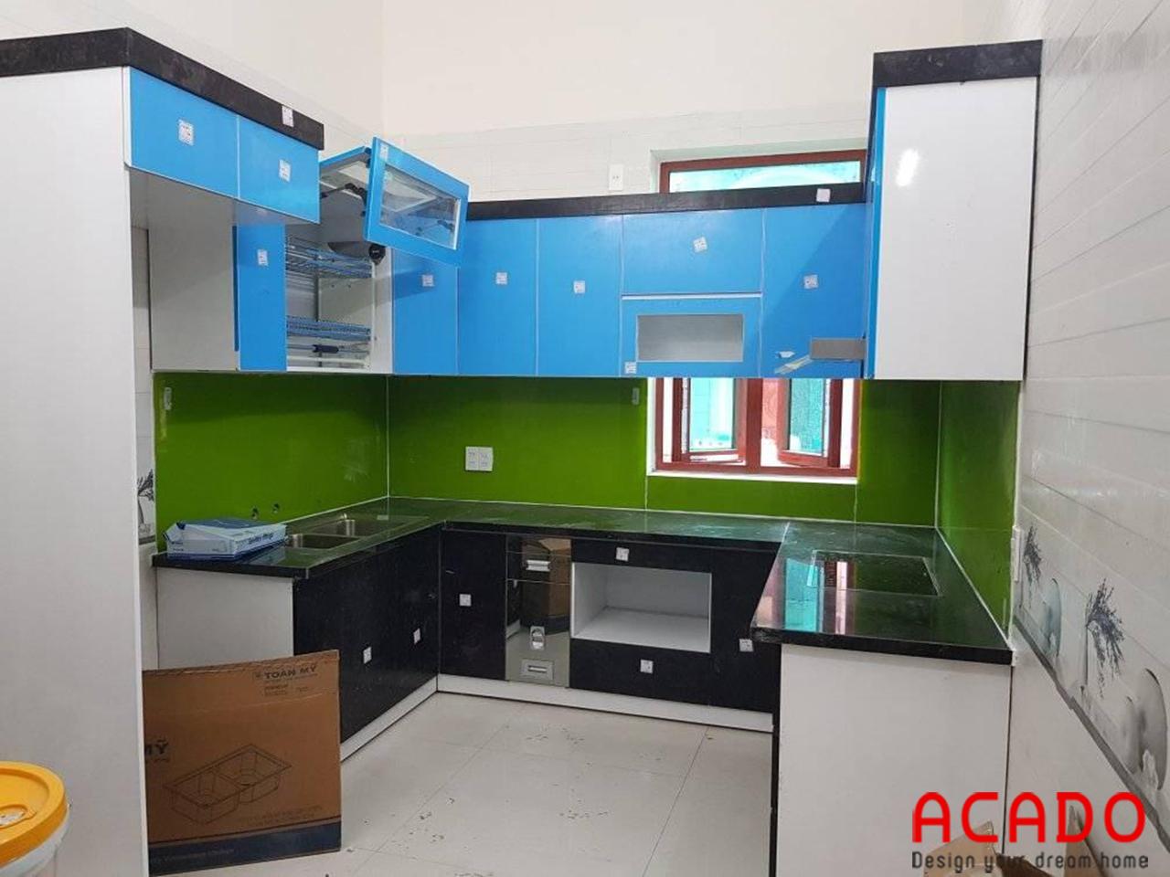 Tủ bếp thùng Picomat cánh Acrylic dáng chữ U kính màu xanh cho căn bếp rộng dãi