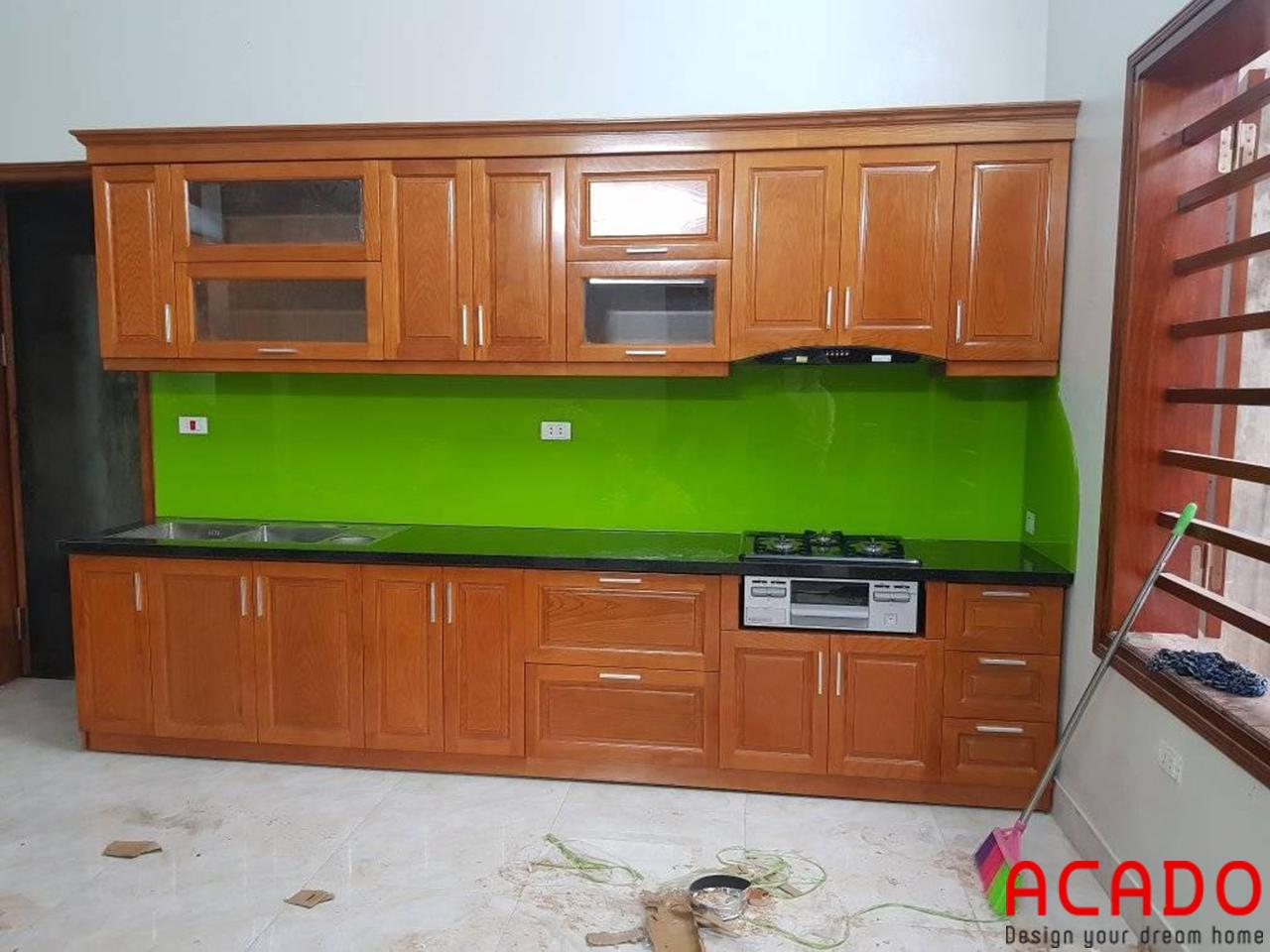Tủ bếp kính màu xanh lá cây chất liệu gỗ xoan đào dáng chữ I nhỏ gọn, hiện đại