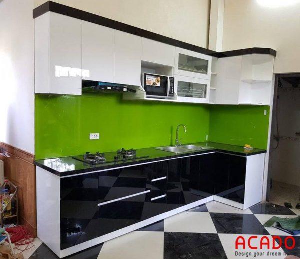 Tủ bếp Acrylic màu trắng đen mang đến vẻ đẹp hiện đại, sang trọng cho không gian bếp