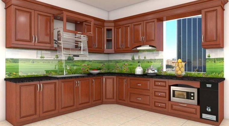 Tủ bếp chữ L được làm từ gỗ xoan đào tự nhiên có của sổ thoáng mát cho căn bếp gia đình bạn