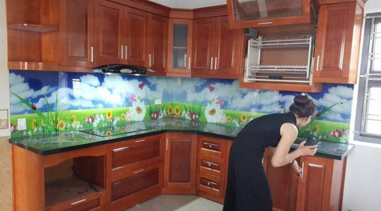 Tủ bếp gỗ xoan đào kết hợp kính ốp bếp 3D sang trọng