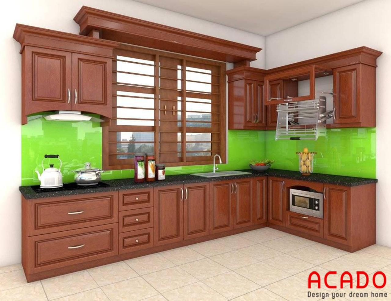 Mẫu tủ bếp gỗ xoan đào màu cách gián sang trọng điểm nhấn là kính ốp bếp màu xanh lá cây